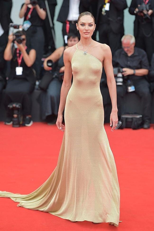 Dáng váy ôm sát cơ thể tôn lên vóc dáng của ngươi đẹp Nam Phi. Candice Swanepoel búi cao tóc khoe bờ vai thon thả.