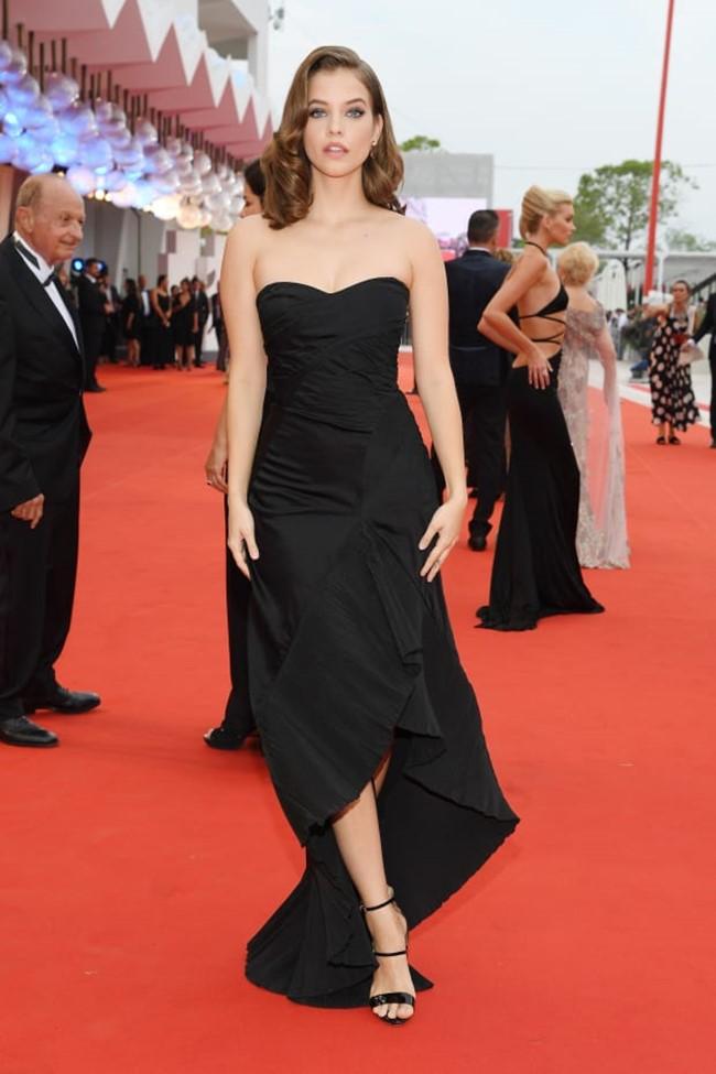 Người mẫu phồn thực hiếm có của Victoria's Secret Barbara Palvin mặc váy cup ngực màu đen tôn vòng một đầy đặn.
