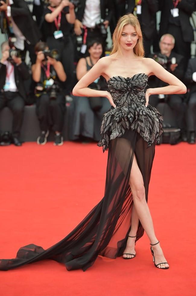 Martha Hunt cũng diện váy cup ngực nhưng gợi cảm hơn với phần thiết kế thân váy bằng vải xuyên thấu.