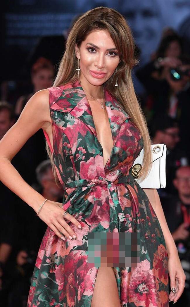 Không chỉ vậy, phần thân váy cũng được thiết kế theo dáng cổ chữ V, vòng một lấp ló sau lớp vải.