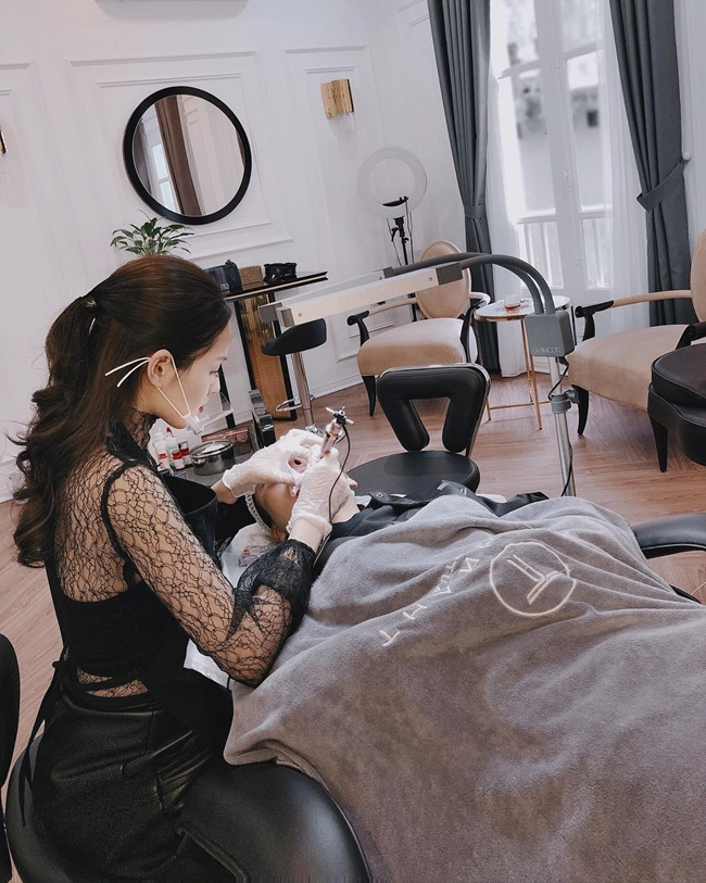 Thỉnh thoảng, nữ diễn viên chia sẻ hình ảnh tự tay chăm sóc khách hàng. Hình ảnh Tâm Tít miệt mài làm việc nhưng trông rất rạng rỡ thu hút sự chú ý của người hâm mộ.