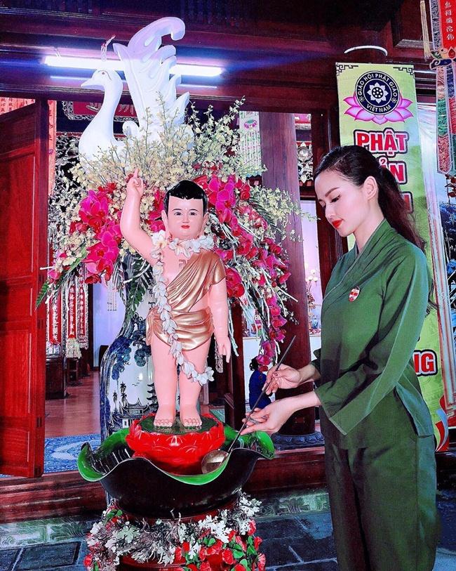 Khi rảnh rỗi, cô dành thời gian đi lễ chùa, cầu bình an và sức khỏe cho gia đình.