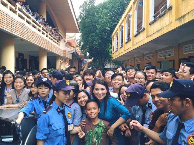 Kể từ khi làm con nuôi của nữ ca sĩ Phi Nhung, cuộc sống Hồ Văn Cường đã đổi khác.