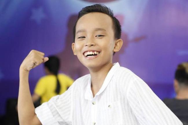 Trước đây gia đình Hồ Văn Cường khó khăn, đưa cậu bé lên thi Vietnam Idol cũng là cả một quá trình vất vả. Giọng hát và nụ cười tươi tắn của Hồ Văn Cường đã giúp cuộc sống gia đình em thay đổi.