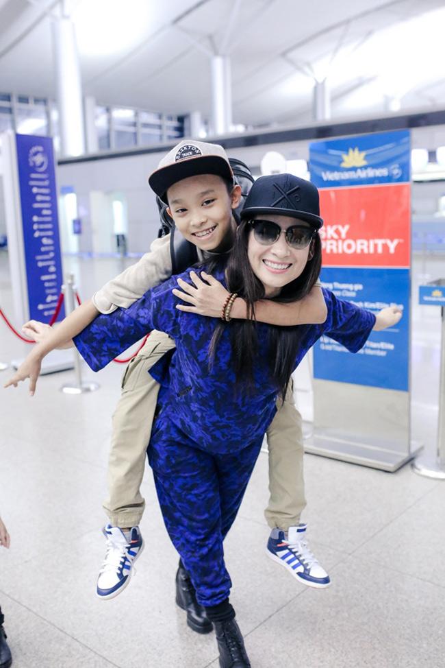 Giờ đây, ngoài việc được lên thành phố học tập, đi hát, Hồ Văn Cường còn được mẹ nuôi Phi Nhung thi thoảng đưa sang Mỹ biểu diễn.