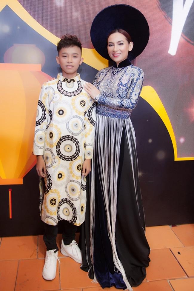 Giờ đây, cậu đã cao lớn đứng gần bằng mẹ nuôi Phi Nhung.