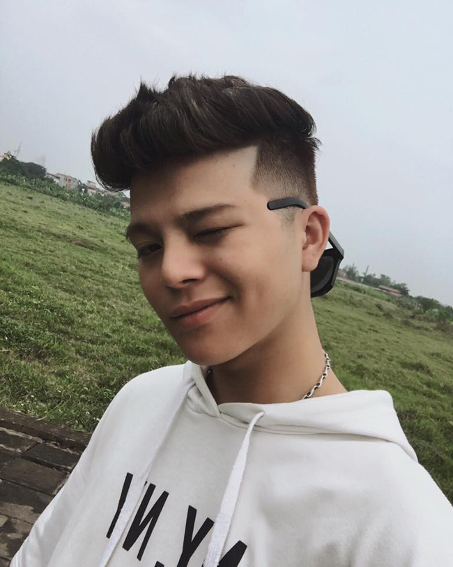 """18 tuổi, Quang Anh """"trổ mã"""", gương mặt nam tính, vóc dáng cao lớn."""