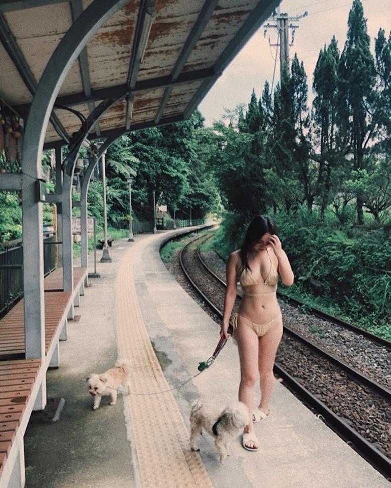 Nữ ca sĩ bị chỉ trích mặc bikini dắt cún cưng đi dạo là ai? - 1