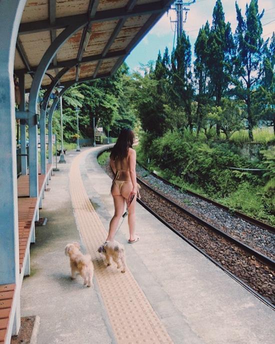 Nữ ca sĩ bị chỉ trích mặc bikini dắt cún cưng đi dạo là ai? - 2