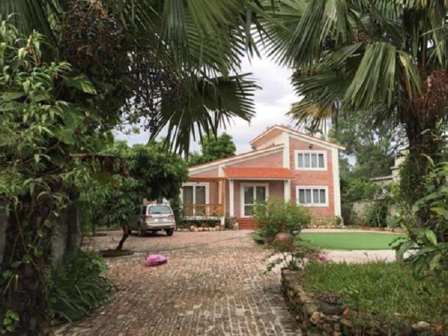 Ngoài căn nhà ở Hà Nội, vợ chồng Hồng Đăng - Anh Đào còn mua thêm một căn nhà nhỏ xinh xắn ở Đại Lải (Vĩnh Phúc) để gia đình có điều kiện được thư giãn, nghỉ ngơi cuối tuần. Khuôn viên căn nhà ở ngoại ô của Hồng Đăng rộng 1.300m2, được ví được như một công viên thu nhỏ.