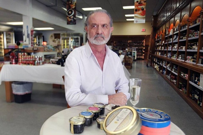 Chủ trang trại làMark Zaslavsky nhập cư vào Mỹ trước thời điểm chính phủ Mỹ cấm nhập khẩu tất cả các sản phẩm trứng cá tầm beluga hồi năm 2005.