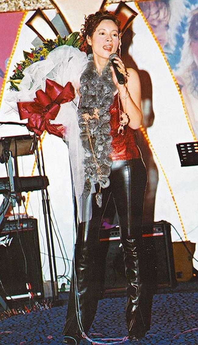 Hình ảnh Trịnh Diễm Lệ đi hát ở các tụ điểm ca nhạc tại Hong Kong nhiều năm về trước.