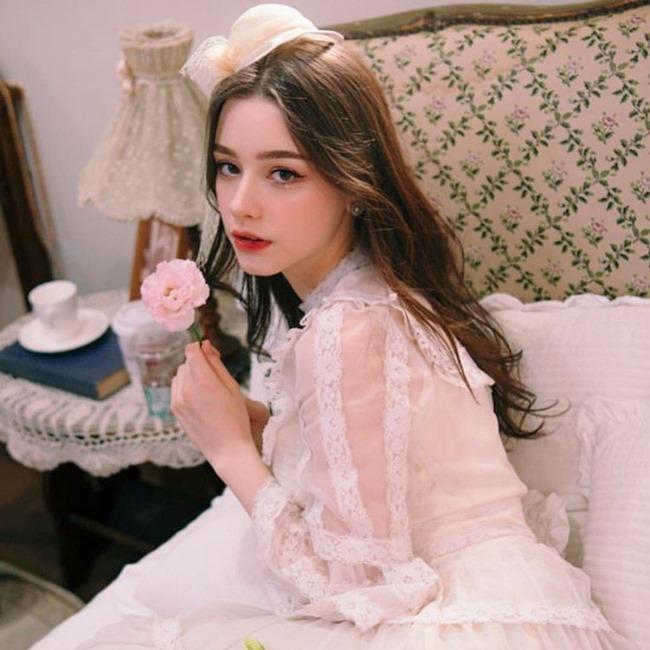 """Dasha Taran được biết đến với biệt danh là """"búp bê Nga"""", nhiều người say đắm vẻ đẹp của cô còn gọi bằng danh từ """"nàng thơ""""."""