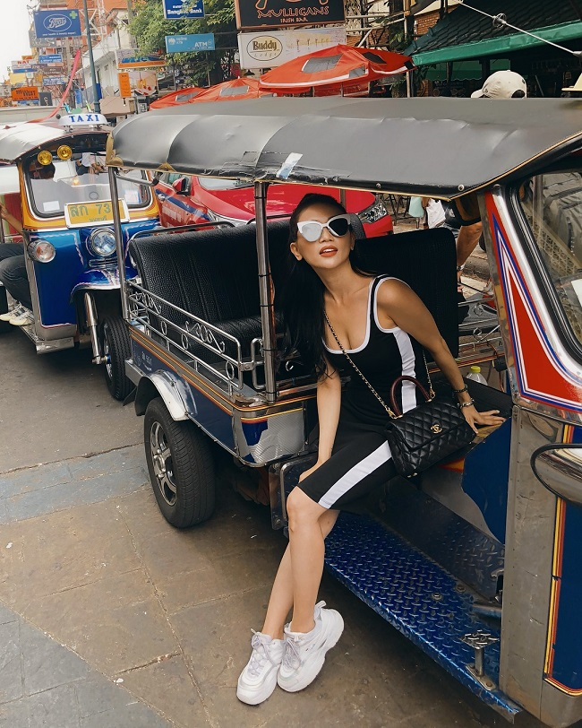 Combo thường thấy trong những bức hình du lịch của Sĩ Thanh đó chính là: túi xách hàng hiệu, trang phục tone sur tone, cách tạo dáng sexy...