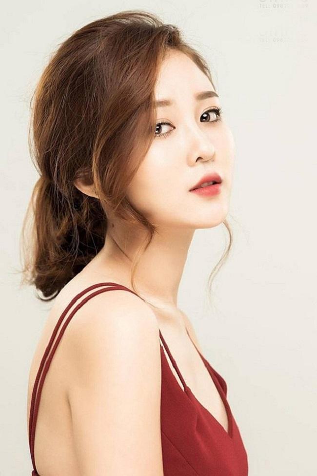 Người đẹp tên thật là Nguyễn Thị Thủy, sinh năm 1990 và từng tốt nghiệp ngành Quản lý giáo dục của Đại học Khoa học xã hội và nhân văn TP.HCM.