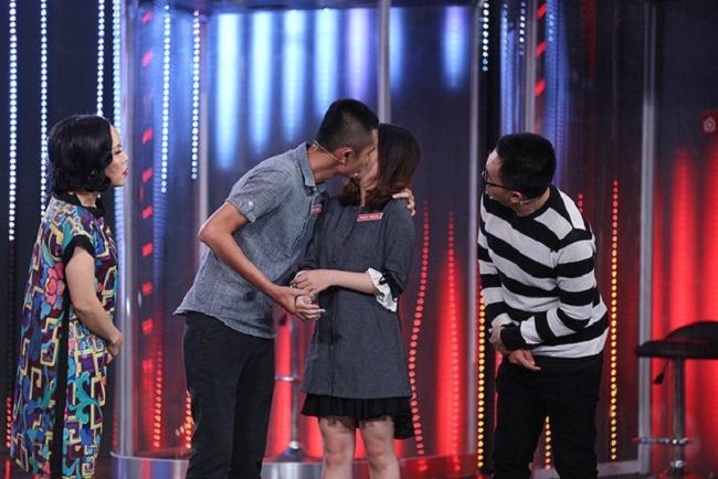 Khi được MC Việt Hương yêu cầu chào sân, ủng hộ trước khi tham gia thử thách bằng một nụ hôn, Huỳnh Phương đã không ngại ngần trao nụ hôn với bạn gái. Cũng trong chương trình, Ngọc Ngân chia sẻ cô làm ở lĩnh vực thời trang - trang sức, và cặp đôi đã có 2 năm ngọt ngào bên nhau.