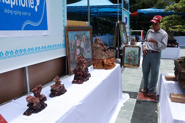 Xuất hiện tại triển lãm cây cảnh, đá quý TP Sầm Sơn (Thanh Hóa), những khốitinh thể nguyên bản chứa hàng trăm viên đá màu đỏ có giá trị lên đến hàng nghìn đô la khiến người xem chú ý.