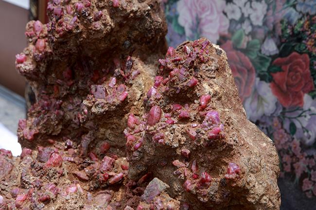Những tinh thế đá màu đỏ dính vào dạng sa kết (cả đất và đá)