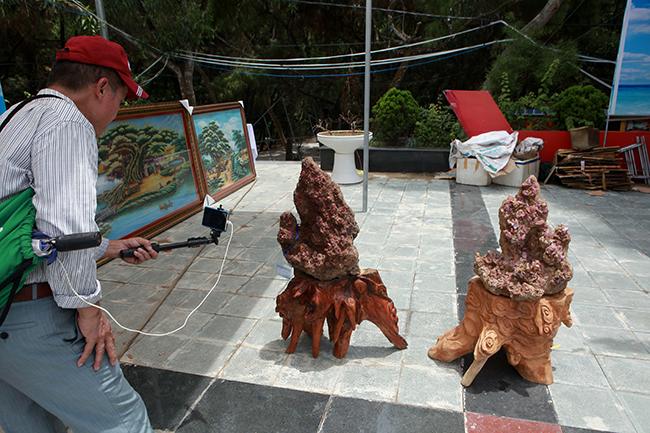 Hai gốc tinh thể đá đỏ nặng hàng chục kg (có viên nặng gần 70kg),được chào bán với giá hơn 40.000 USD (hơn 900 triệu đồng).
