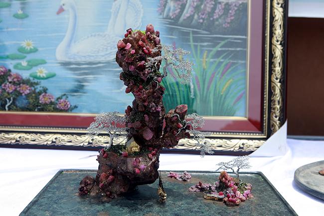 Bên trong là ruby gốc, bên ngoài làruby tinh thể. Từng chi tiết được làm tỉ mỉ, công phu và theo tỷ lệ hợp lý