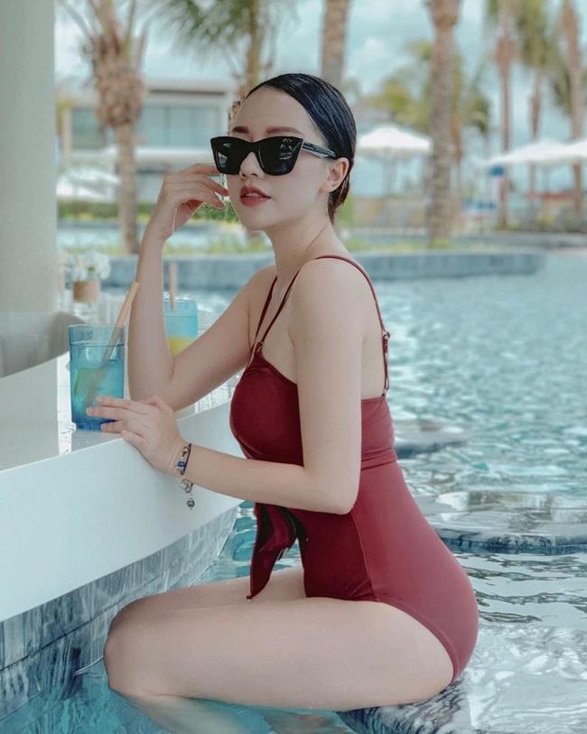 Với lợi thế vóc dáng, Băng Di thường diện những bộ áo tắm nóng bỏng.