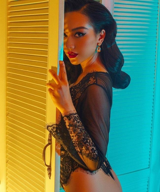 Một trong số những bộ ảnh nóng bỏng mắt của Băng Di là trang phục ren gợi cảm, mong manh.