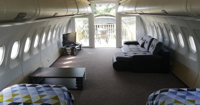 Ghế ngồi trong thân máy bay đã bị tháo ra và thay vào đó là giường, ghế và nơi tắmphục vụ khách thuê.