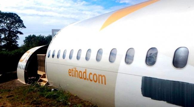 Sau khi đưa máy bay cũ này về, thợ lắp cửa sổ kính 2 lớp, lắp cửa ra vào.