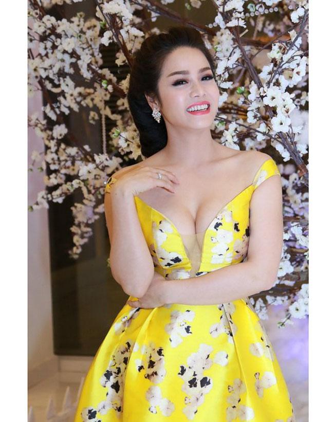 Trong phim, Nhật Kim Anh phải hóa thân thành cô hầu gái quê mùa. Thế nhưng, ngoài đời nữ diễn viên lại sở hữu một nhan sắc quyến rũ cùng gu thời trang sành điệu.
