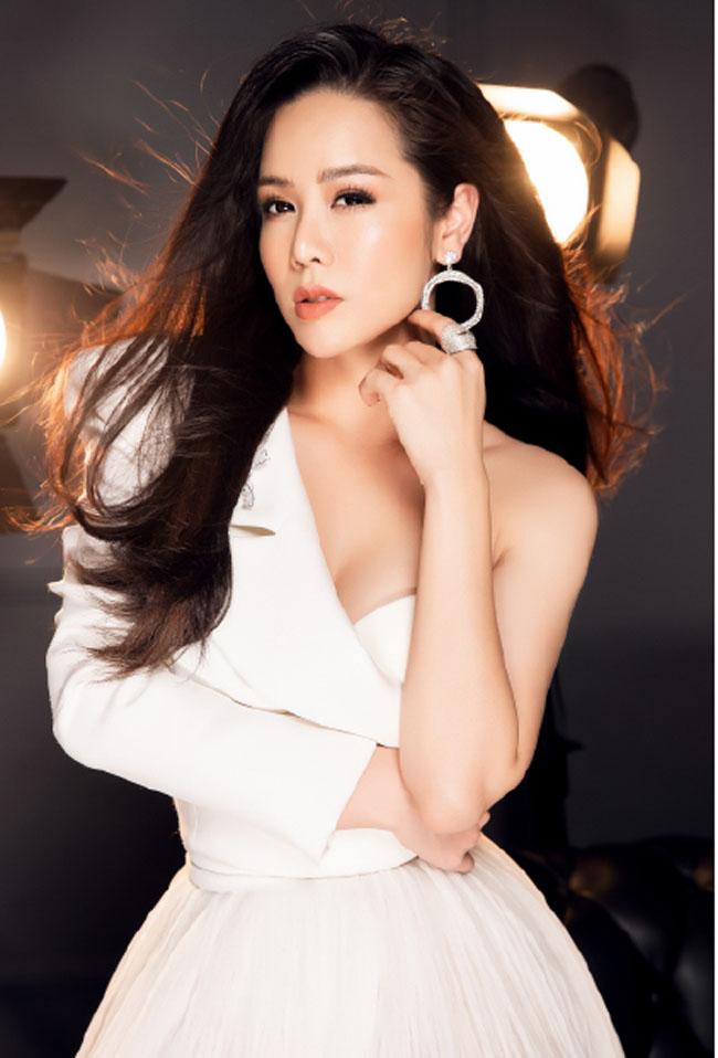 So với vẻ quê mùa, nhếch nhác của nữ hầu gái Thị Bình trong phim, Nhật Kim Anh ngoài đời hoàn toàn đối lập.