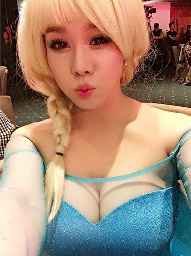 Nữ nghệ sỹ hóa trang thành nữ hoàng băng giá Elsa với mái tóc vàng và bộ váy xanh kim tuyến lấp lánh nhưng vẫn không quên nhấn mạnh vào yếu tố sexy.