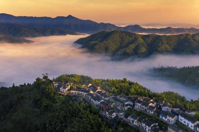 Ngôi làng tuyệt đẹp trên đỉnh núi, ngắm hoàng hôn qua biển mây đẹp đến ngất ngây - 1