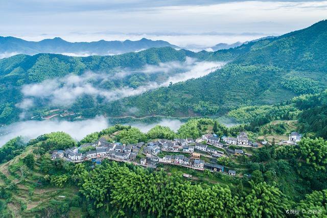 Ngôi làng tuyệt đẹp trên đỉnh núi, ngắm hoàng hôn qua biển mây đẹp đến ngất ngây - 2
