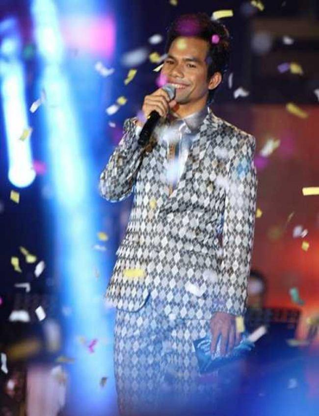 Liều lĩnh tham gia cuộc thi 'Vietnam Idol 2012', Yasuy vượt qua hàng trăm đối thủ và giành chiến thắng. Tuy nhiên, chiến thắng của Yasuy vướng nhiều ý kiến trái chiều của dư luận. Phần đông khán giả ủng hộ cho giọng ca truyền cảm, mộc mạc cũng như sự chân thật của anh, trong khi không ít người cho rằng anh chưa thật sự xứng đáng về giọng hát so với người về nhì, Hoàng Quyên.