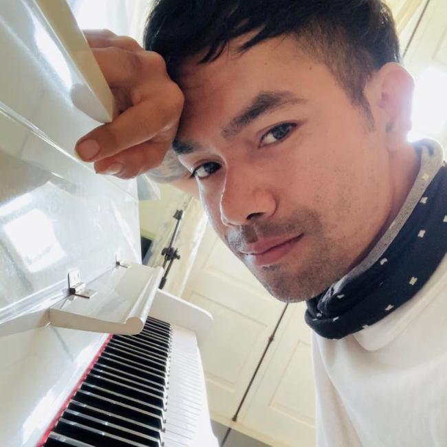 Căn nhà được xây dựng vào năm 2019. Yasuy vẫn không quên đam mê âm nhạc mà tự sắm cho mình cây đàn guitar và đàn piano ở phòng khách.