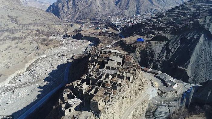 Những ngôi làng ma lụp xụp, đổ nát tại một địa điểm heo hút không người ở - 11