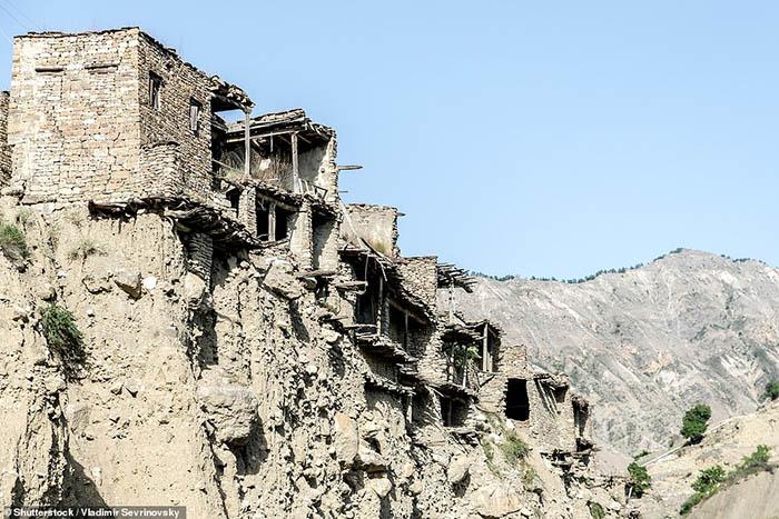 Những ngôi làng ma lụp xụp, đổ nát tại một địa điểm heo hút không người ở - 9