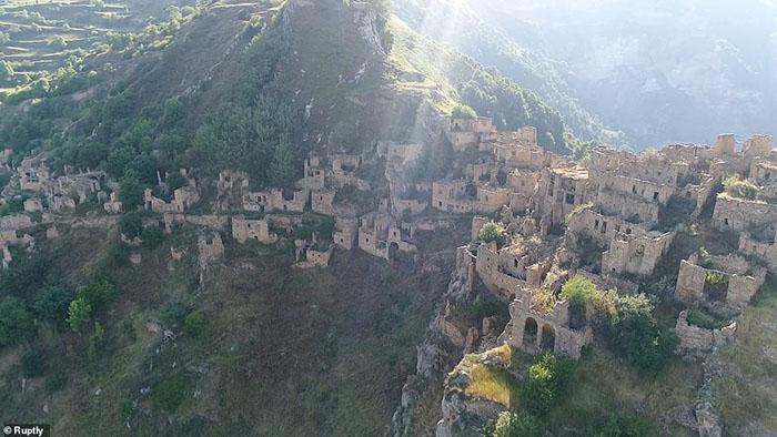 Những ngôi làng ma lụp xụp, đổ nát tại một địa điểm heo hút không người ở - 10