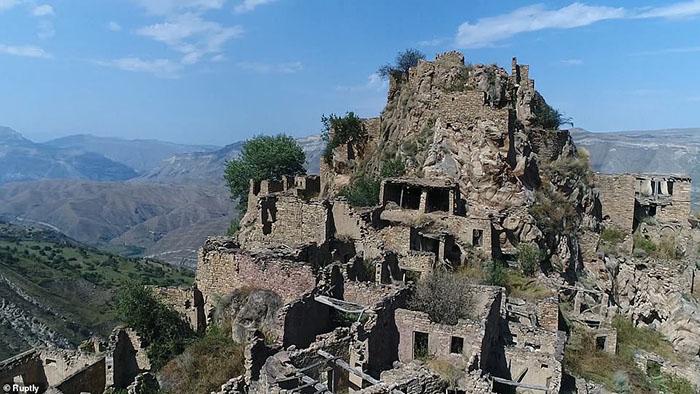 Những ngôi làng ma lụp xụp, đổ nát tại một địa điểm heo hút không người ở - 3