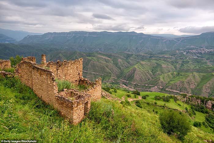 Những ngôi làng ma lụp xụp, đổ nát tại một địa điểm heo hút không người ở - 4