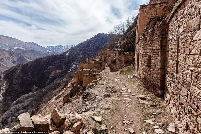 Những ngôi làng ma lụp xụp, đổ nát tại một địa điểm heo hút không người ở - 6