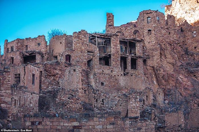 Những ngôi làng ma lụp xụp, đổ nát tại một địa điểm heo hút không người ở - 7