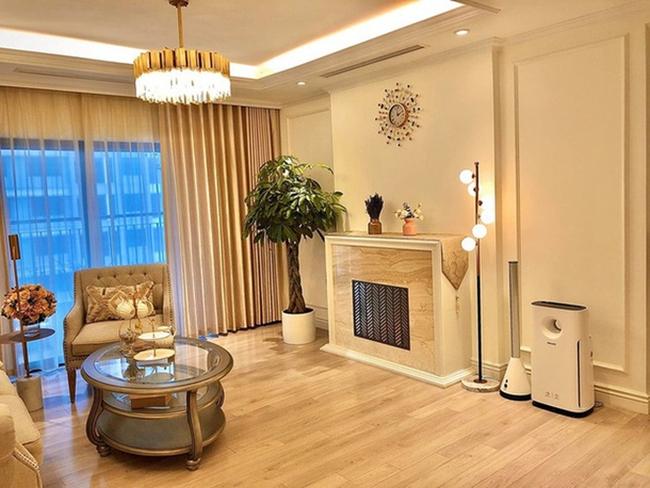 Diệp Chi và gia đình chuyển về căn hộ mới sinh sống từ giữa năm 2018. Nữ MC cho biết, cô tự lên ý tưởng và đặt thiết kế toàn bộ nội thất theo sở thích và nhu cầu. Phòng khách sử dụng nhiều đèn trần tạo vẻ lung linh, sang trọng.