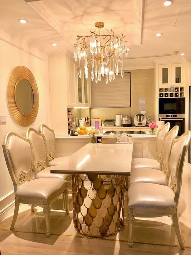 Không gian bàn ăn rộng rãi được sắp xếp liền kề với khu vực nhà bếp. Diệp Chi chăm chút từng góc nhỏ nhất cho căn nhà của mình.