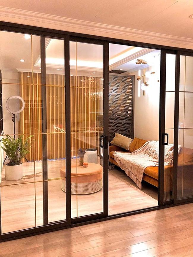 Căn nhà được trang trí theo tông màu vàng, trắng chủ đạo toát lên sự sang trọng ấm áp.