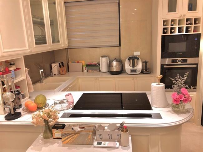 Phòng bếp được Diệp Chi đầu tư nhiều trang thiết bị hiện đại để phục vụ nhu cầu của gia đình như lò nướng, máy rửa bát, máy xay các loại.