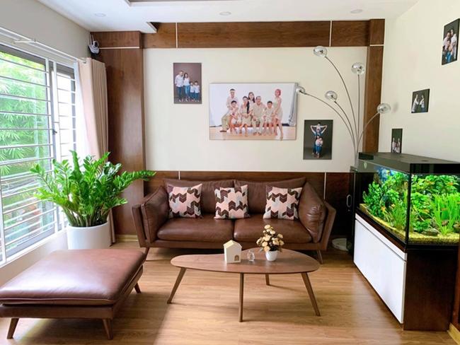 Trên trang cá nhân, MC 8X chia sẻ nhiều hình ảnh căn chung cư mới tậu. Phòng kháchđược trang trí nội thất hiện đại, đơn giản nhưng toát lên sự ấm cúng, sang trọng. Trên tường gắn những bức ảnh gia đình hạnh phúc, xung quanh là cây cảnh và một bể cá to. Hoàng Linh cho biết, đây là không gian mà cô yêu thích nhất.