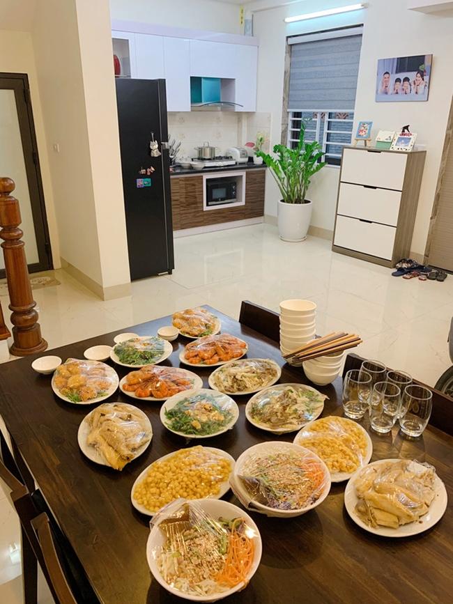 Phòng bếp và bàn ăn được bố trí liền kề nhau. Không gian phòng bếp khá rộng rãi với hai tông màu chính là trắng và nâu.