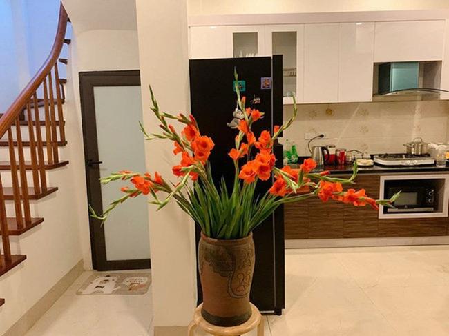 Tự tay nữ MC cắm hoa, trang trí những góc nhỏ nhất trong căn nhà đem lại không khí ấm ấp, tươi mới.