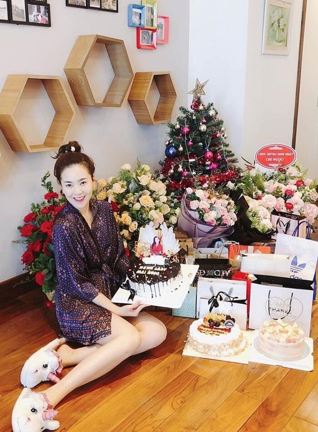 Mai Ngọc tạo dáng bên một góc căn nhà với vô số hoa và quà tặng hàng hiệu.